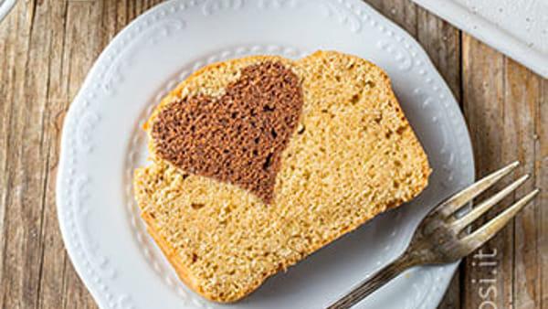 Plumcake vegan con il cuore di cacao e mandorle