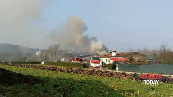 VIDEO | Incendio bifamiliare in  strada Casale
