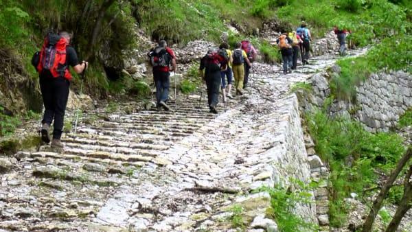 CALA' DEL SASSO: Trekking guidato Storico con Guide Altopiano