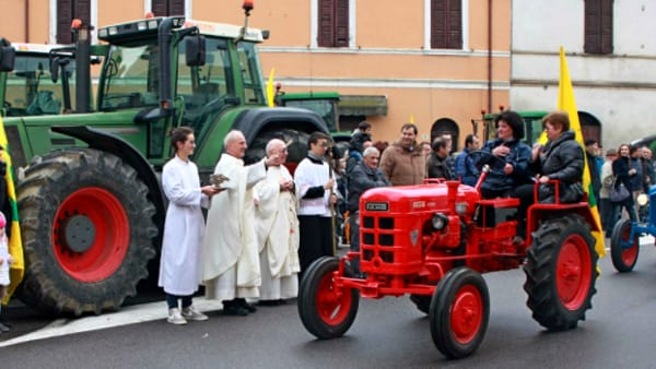 """""""Benedizione dell'Assunta"""" ai mezzi agricoli storici e moderni a Casale di Vicenza"""