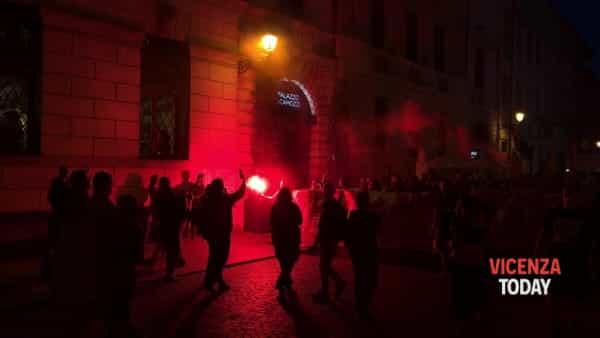 VIDEO | Gli antagonisti veneti protestano contro la giunta vicentina
