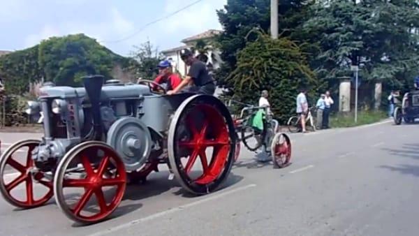 """Landini Testa Calda"": sfilata-raduno di trattori d'epoca a Casale di Vicenza"
