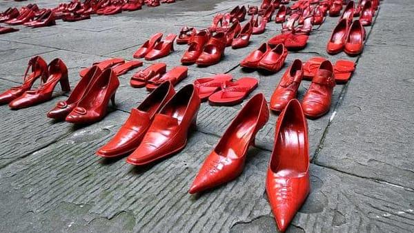 """""""Monumento di Scarpe Rosse"""" contro il femminicidio a Schio"""