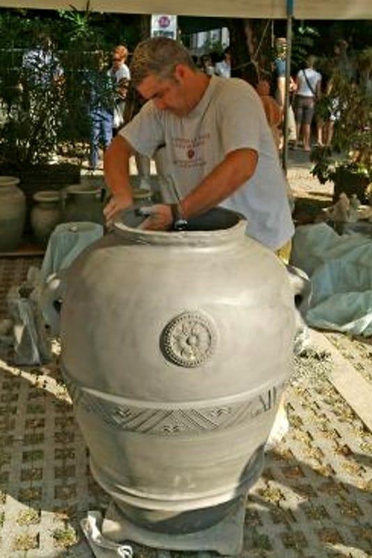 Ceramista al lavoro (immagini di archivio)