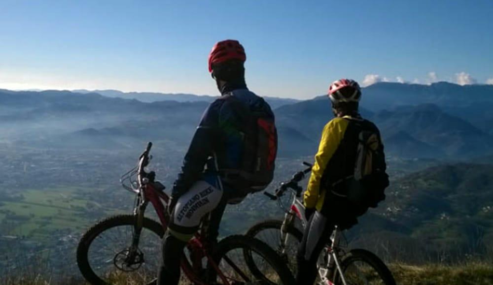 Mountain Bike sull'Altopiano di Asiago (immagini di archivio)