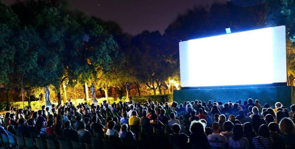 Cinema all'aperto (immagini di archivio)