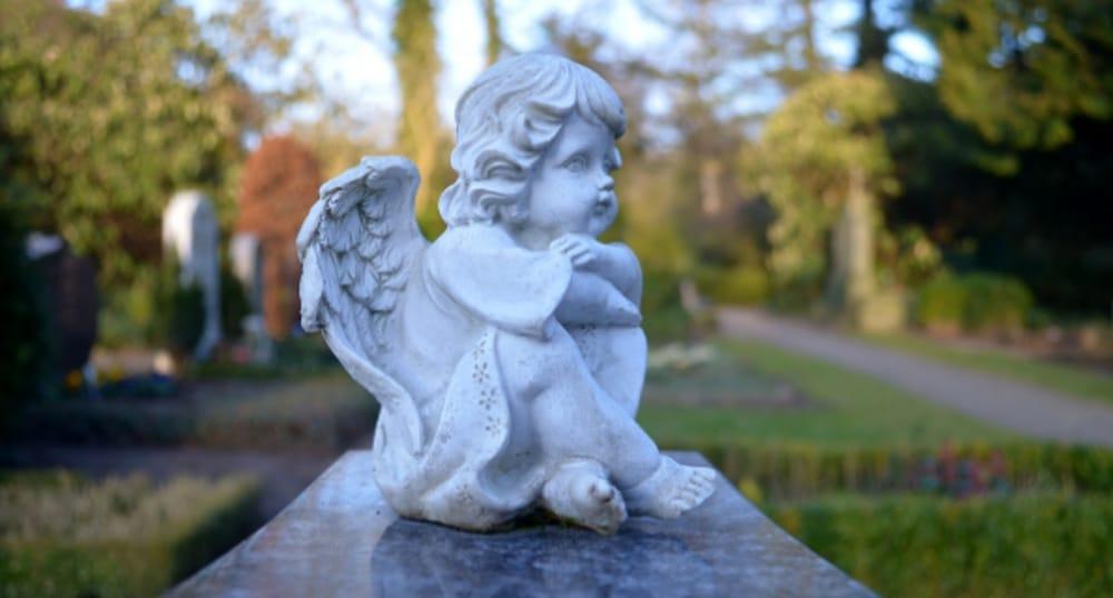 Statua angelo su lapide (immagini di archivio)