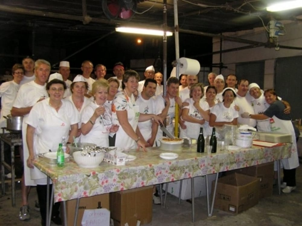 Staff dello stand gastronomico alla Festa del Giglio (immagini di archivio)