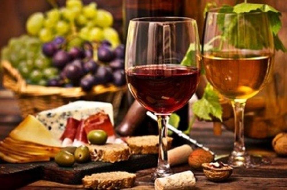 Degustazione vini con tartine (immagini di archivio)