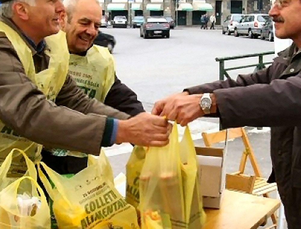 Raccolta alimenti dei volontari (immagini di archivio)