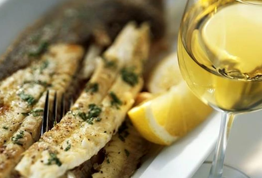 Pesce e vino bianco (immagini di archivio)