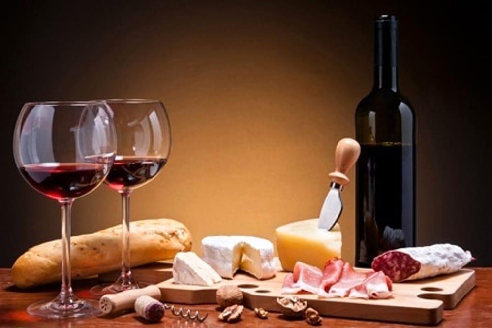 Degustazione vini con cibo (immagini di archivio)