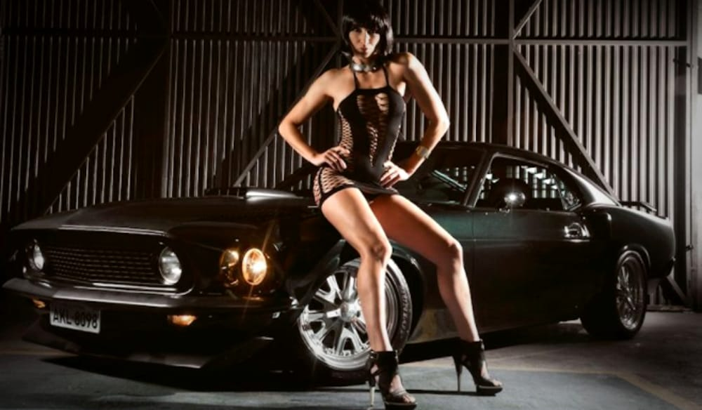 Donne e motori (immagini di archivio)