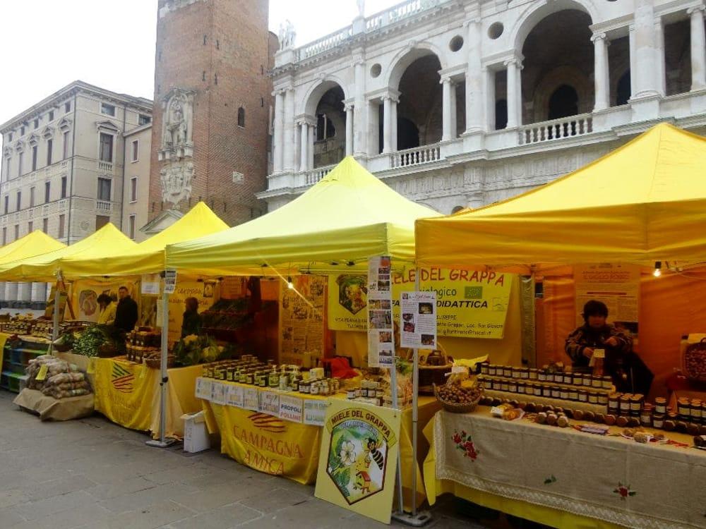 Mercato in piazza delle Erbe a Vicenza (immagini di archivio)